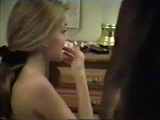 Молодая грудастая блондинка делая домашний минет отсасывает чёрный член