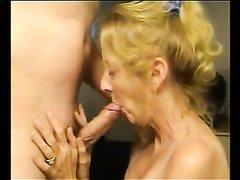 Зрелая блондинка нежно отсасывает член любовника для окончания на сиськи