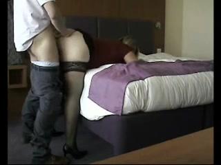 Толстая зрелая блондинка в чулках трахается с любовником стоя в наклоне