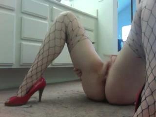 Блондинка в чулках перед домашней вебкамерой мастурбирует киску лёжа на полу