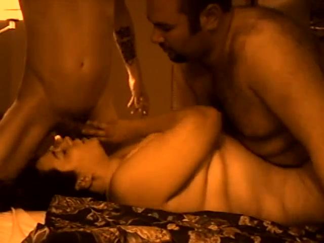 Зрелая толстуха с большими сиськами занялась домашним сексом в положении лёжа