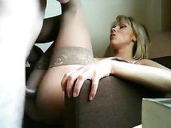Ухоженная блондинка в чулках трахается и делает домашний минет