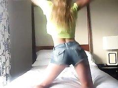 Эротический танец и любительский стриптиз блондинки перед вебкамерой