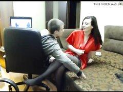 Русская грудастая брюнетка перед вебкамерой делает домашний минет