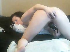 Любительская анальная мастурбация грудастой брюнетки по вебкамере
