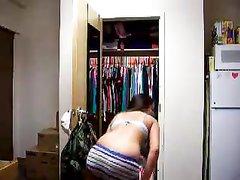 Горячий домашний стриптиз фигуристой молодой брюнетки перед вебкамерой