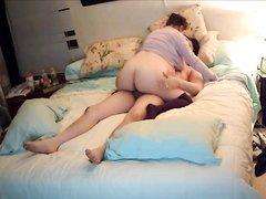 Скрытая камера снимает домашний секс азиата с грудастой зрелой толстухой