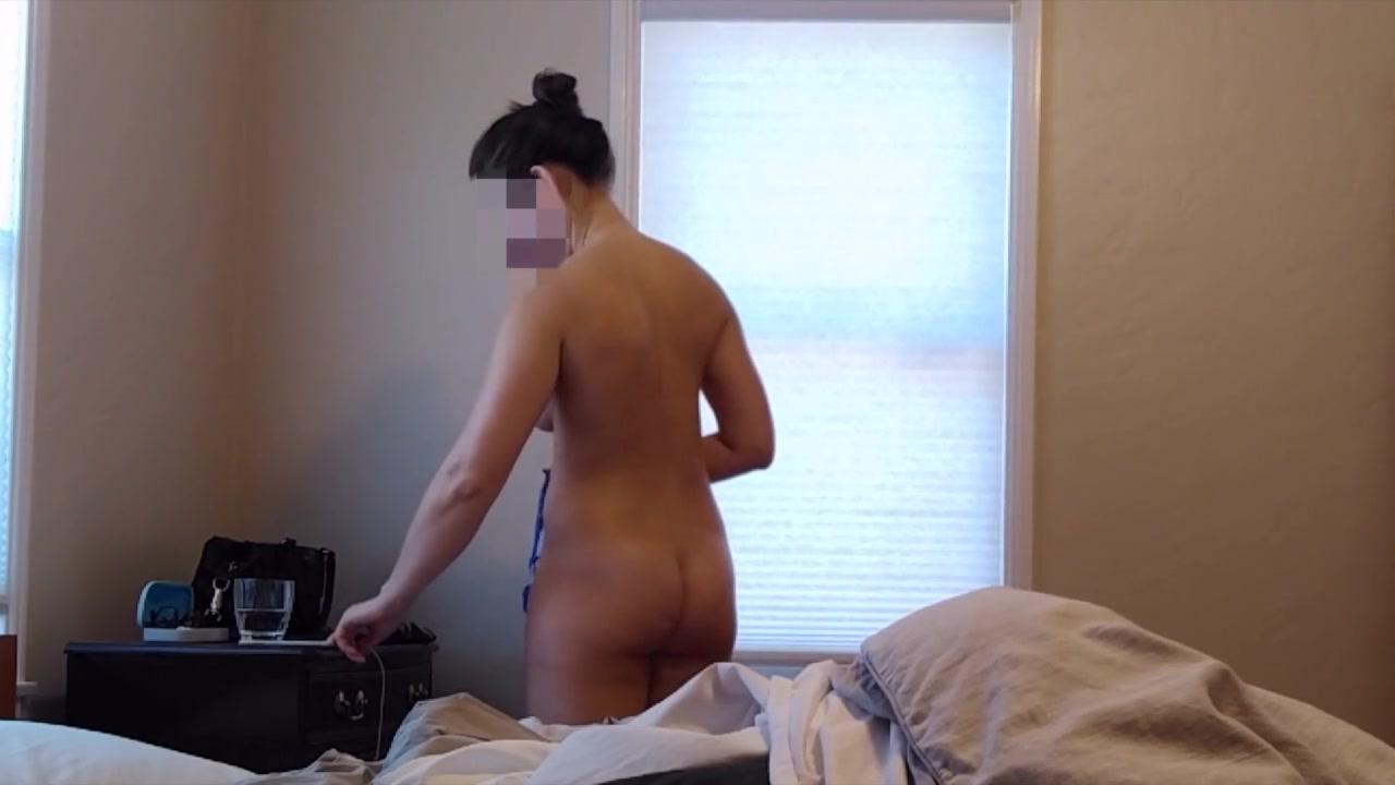 Подглядывание за грудастой домохозяйкой одевающейся в спальне