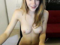 Молодая красотка показывает большие сиськи по любительской вебкамере