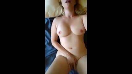 Реальная домашняя мастурбация зрелой блондинки с большими сиськами