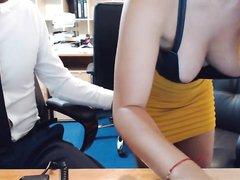 Домашний минет перед вебкамерой с окончанием на большие сиськи