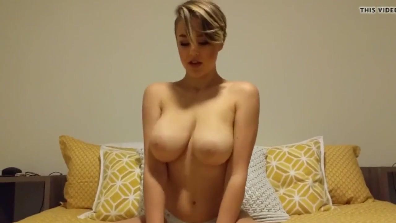 Грудастая молодая кокетка перед вебкамерой занялась домашней мастурбацией