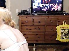 Молодая блондинка перед домашней вебкамерой шалит с поклонником