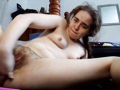 Домашняя мастурбация волосатой киски молодой блудницей по вебкамере