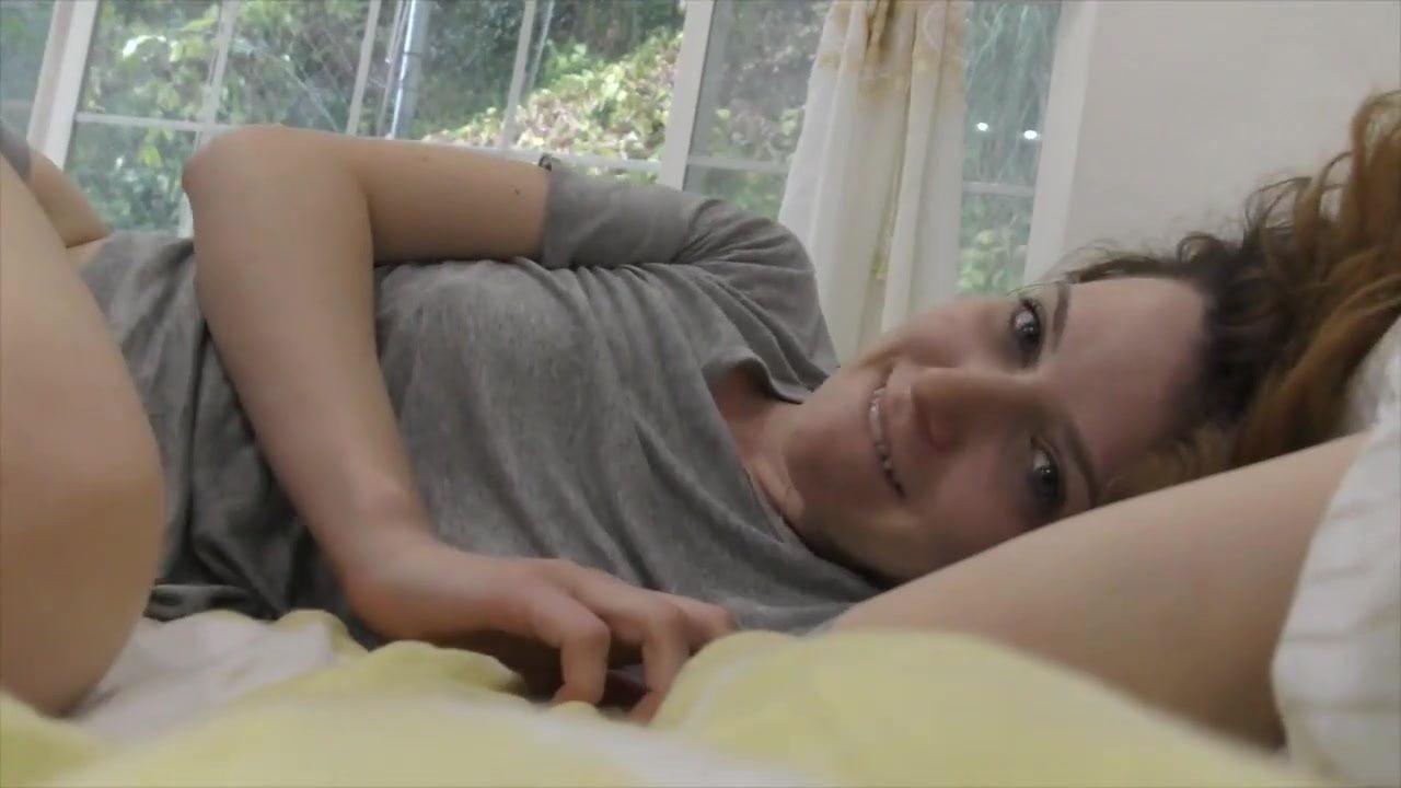 Молодая кокетка перед домашней вебкамерой мастурбирует волосатую киску