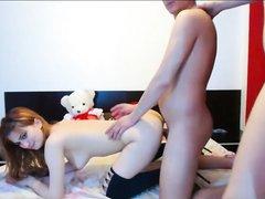 Домашний секс втроём с рыжей лесбиянкой и брюнеткой перед вебкамерой