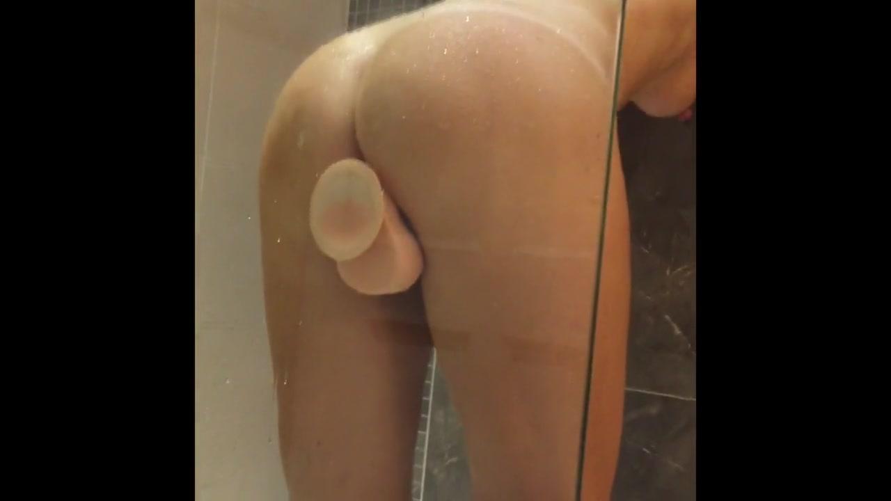 Подглядывание за мастурбацией фигурной зрелой домохозяйки в душе