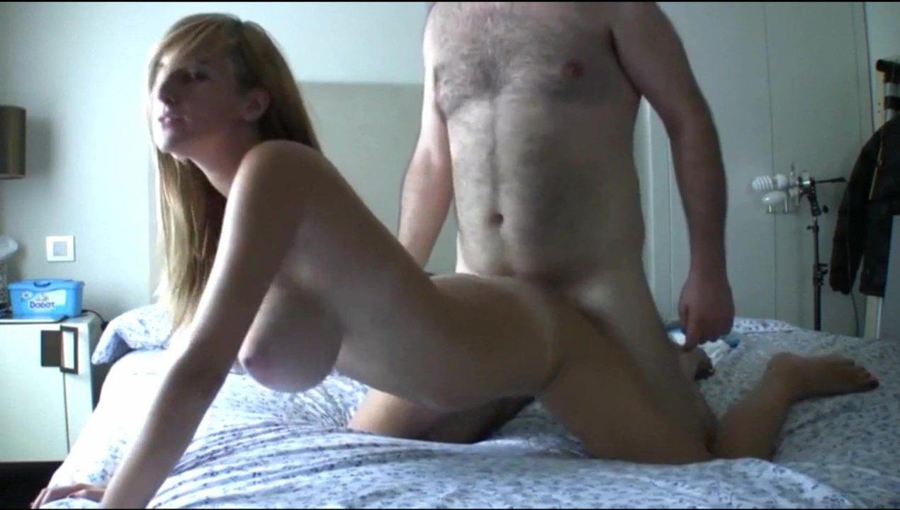 Зрелый любовник трахнул молодую блондинку с большими сиськами