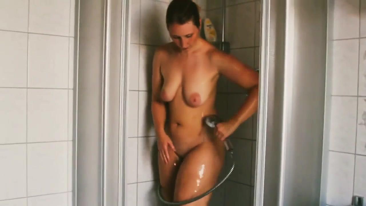 Зрелая домохозяйка с большой попой купается перед скрытой камерой