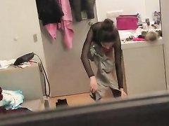 Подглядывание в ванной за молодой девушкой в розовых трусиках