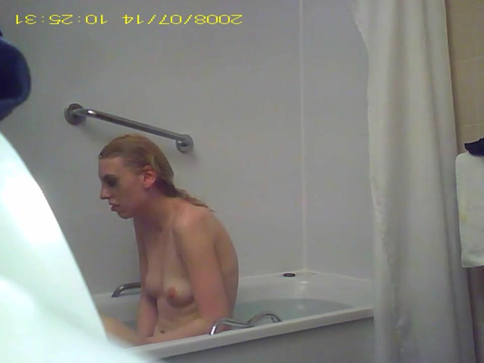 Любительское подглядывание за блондинкой оголившей волосатую киску