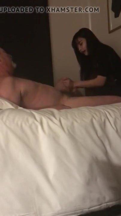 Азиатская молодая массажистка дрочит белый член зрелого любовника