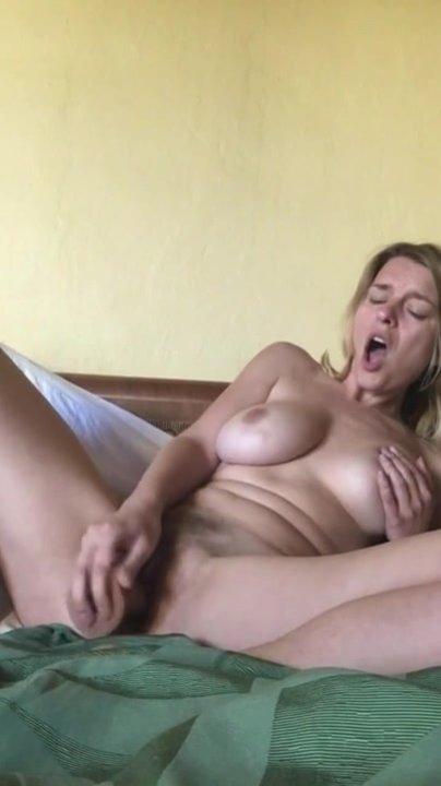 Любительская мастурбация грудастой зрелой блондинки по вебкамере