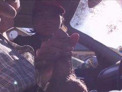 Молодая пассажирка до окончания дрочит член зрелого водителя