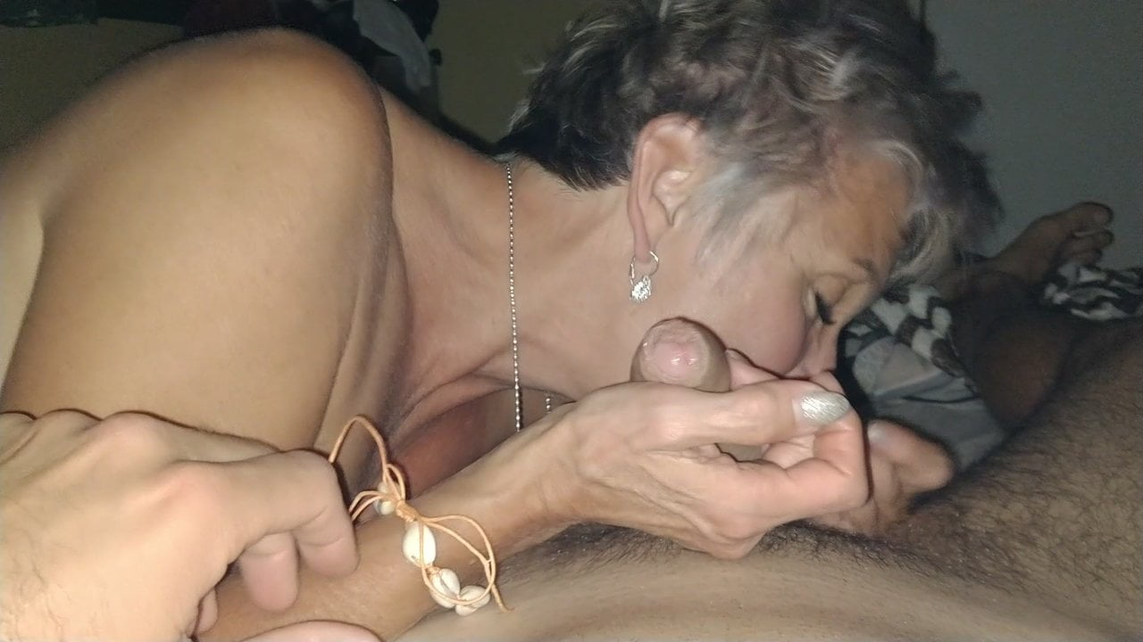 Зрелая блондинка от первого лица сосёт член возбуждённого любовника