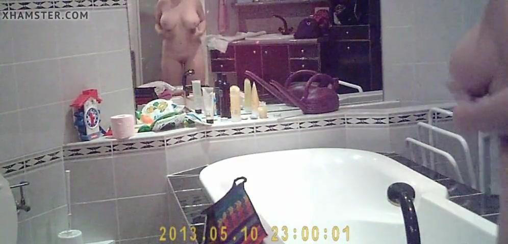 Подглядывание за зрелой грудастой домохозяйкой в ванной комнате
