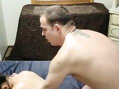 Массажист перед домашней скрытой камерой кончил внутрь клиентки