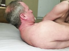 Влюблённая зрелая блондинка дрочит и сосёт член для окончания в рот