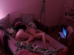 Молодая кокетка перед скрытой камерой развлекается с любовником
