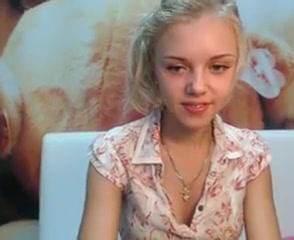 Любительский стриптиз стройной молодой блондинки перед вебкамерой
