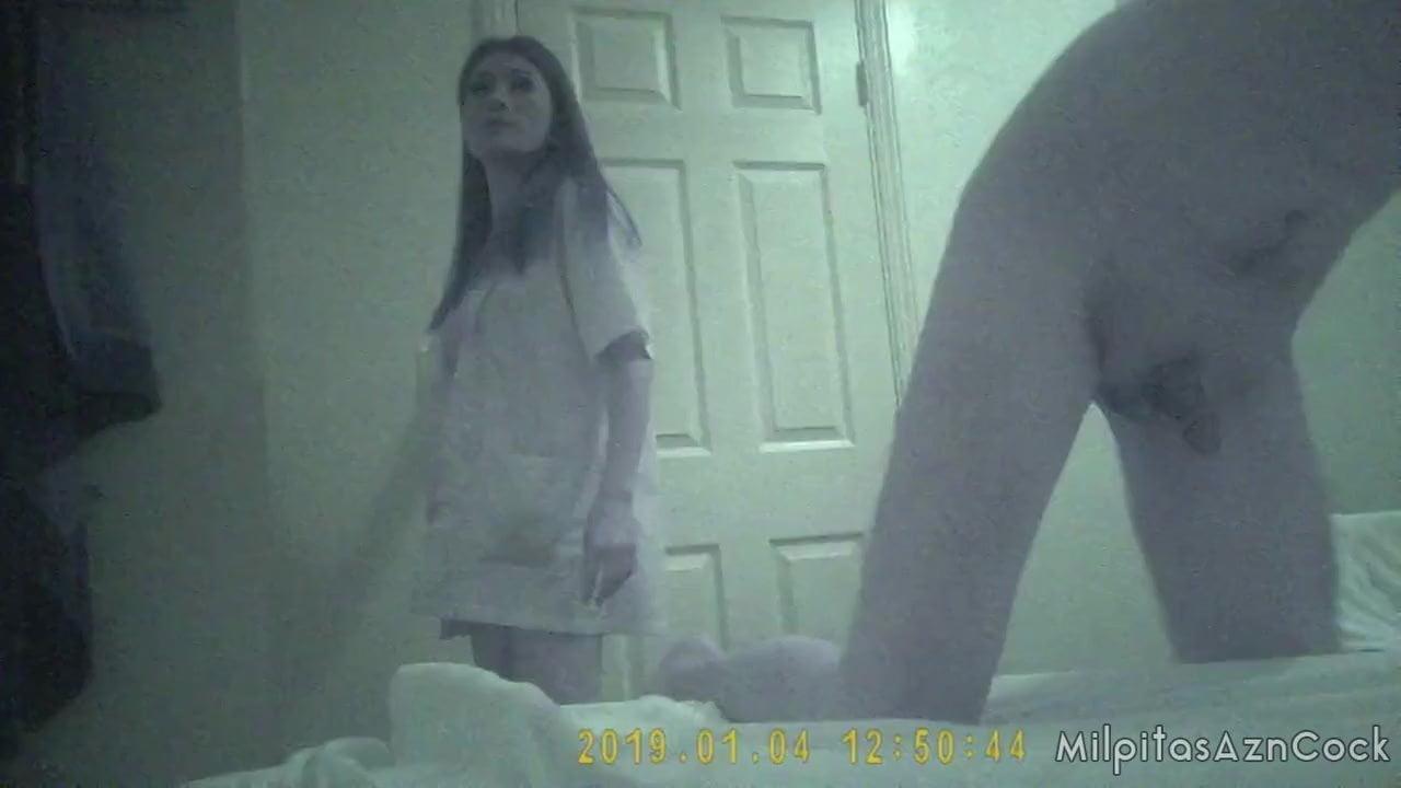 Азиатская массажистка перед домашней скрытой камерой дрочит член