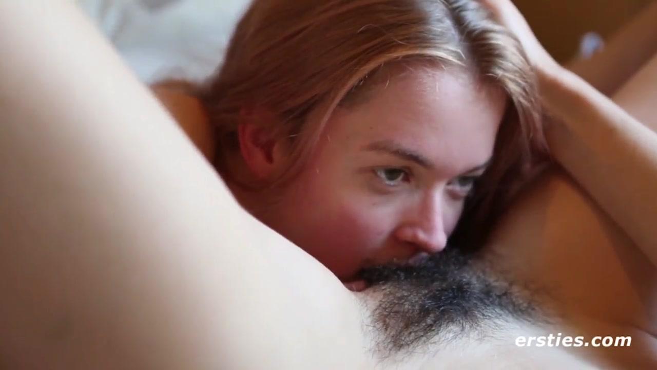 Домашняя нарезка с лесбиянками мастурбирующими и лижущими волосатые щели