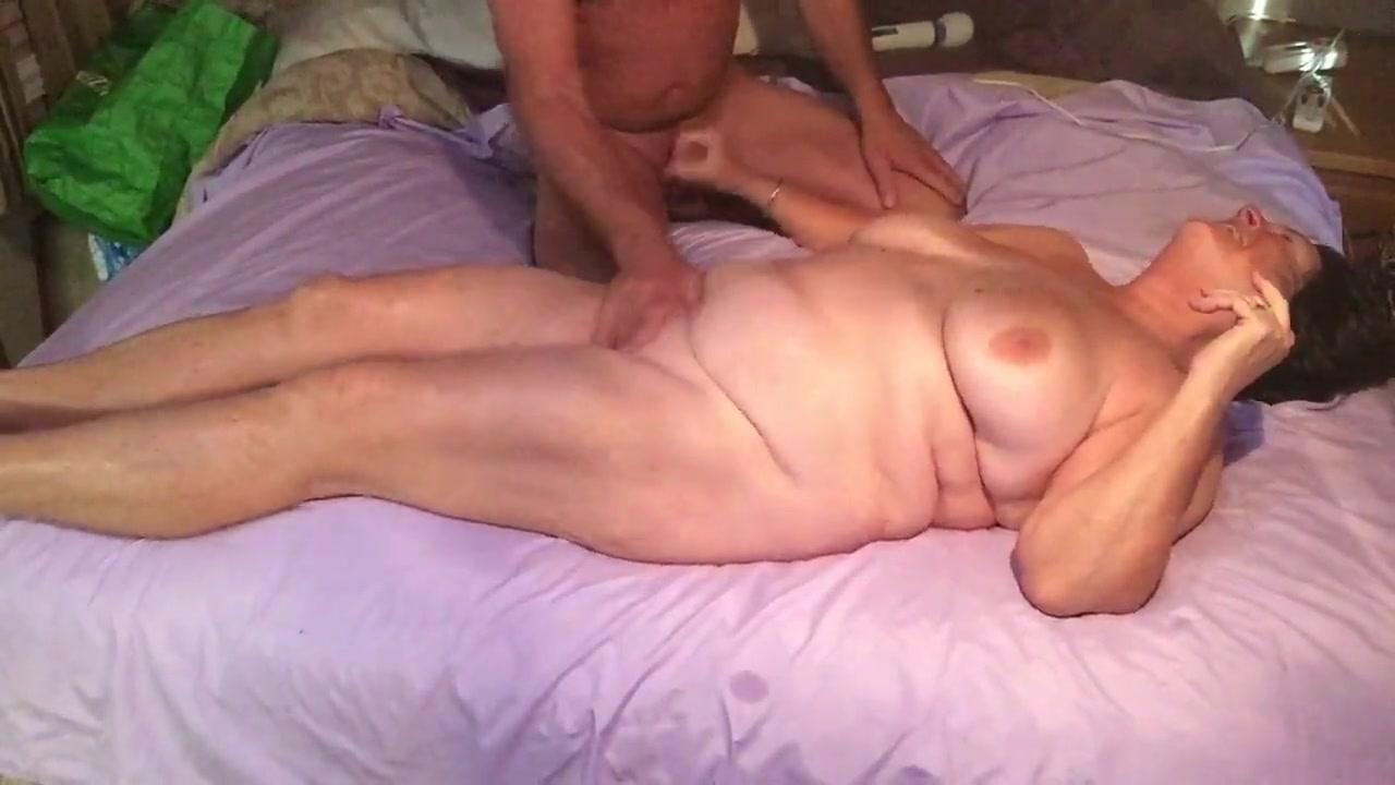Зрелая и толстая домохозяйка дрочит член возбуждённого супруга