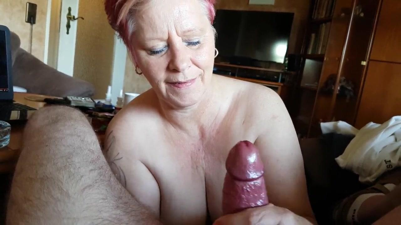 Рыжая зрелая домохозяйка с большими сиськами от первого лица дрочит член
