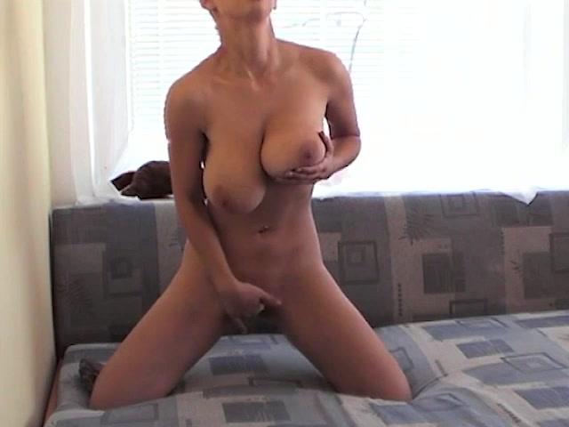 Шалава с большими сиськами наслаждается любительской мастурбацией