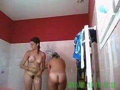 Грудастые кокетки перед любительской скрытой камерой принимают душ