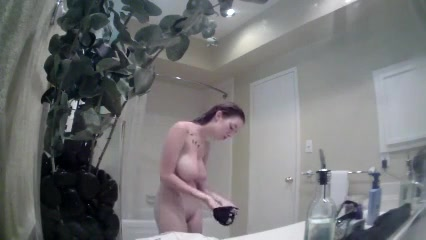 Красотка с большими сиськами принимает душ перед скрытой камерой