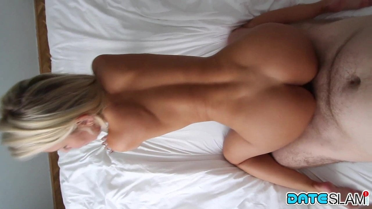 Потрясающий домашний хардкор с красивой блондинкой в постели