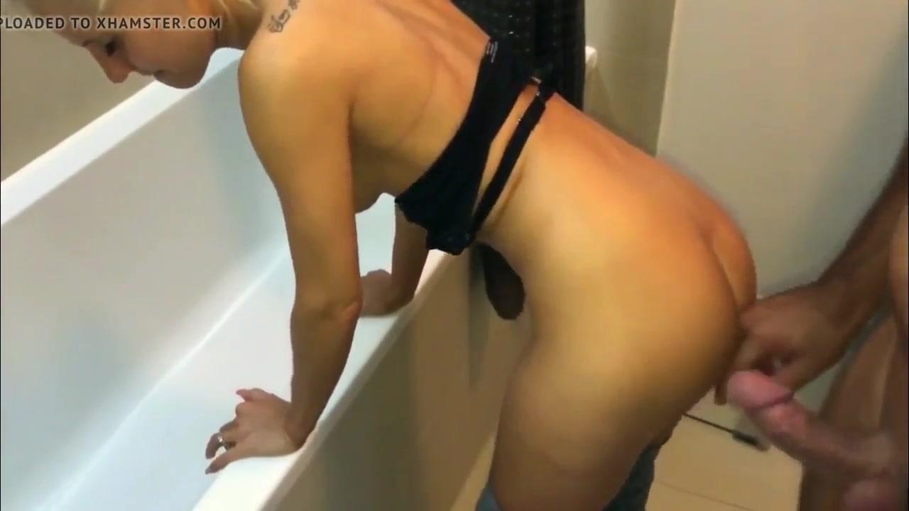 В ванной любительское окончание на попу молодой немецкой блондинки
