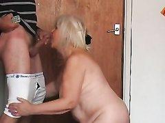Зрелая и толстая блондинка делает любительский минет поклоннику