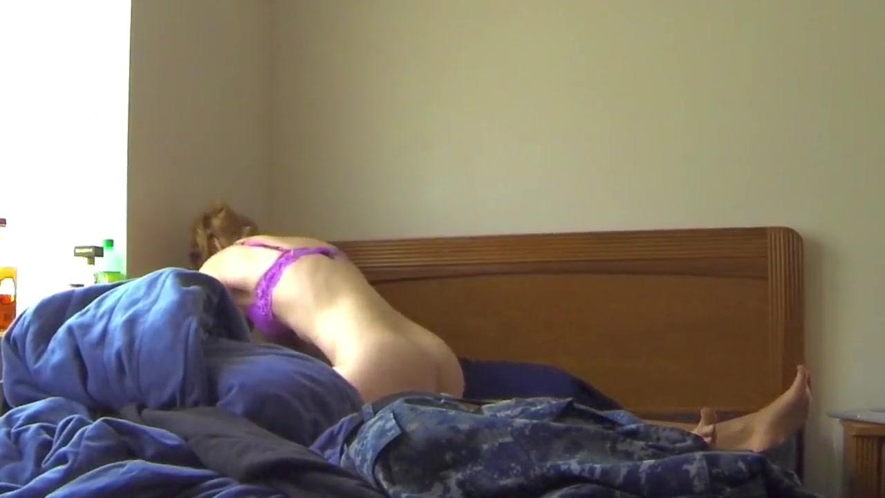 Подглядывание за блондинкой трахающейся с любовником в постели