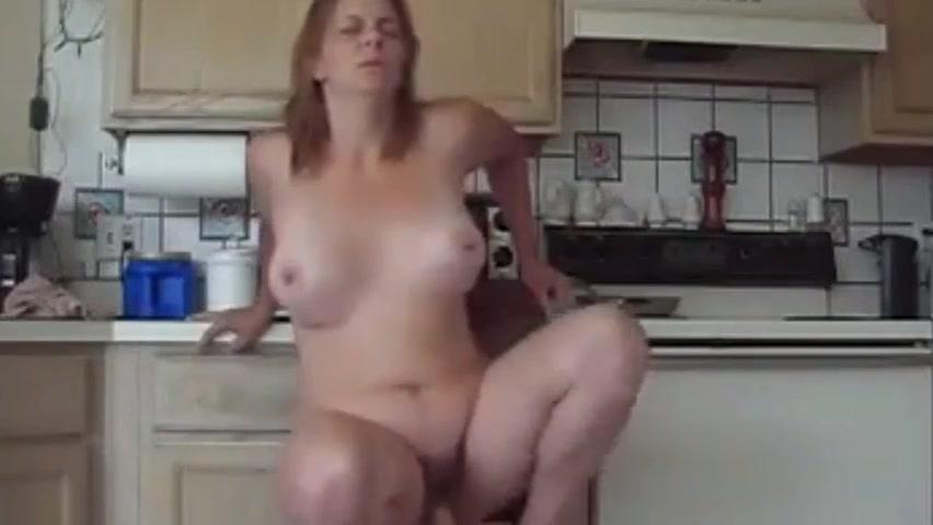 На кухне зрелая дама использует фаллос для домашней мастурбации