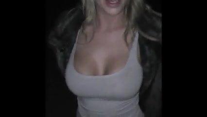 На улице блондинка строчит домашний минет с окончанием на лицо