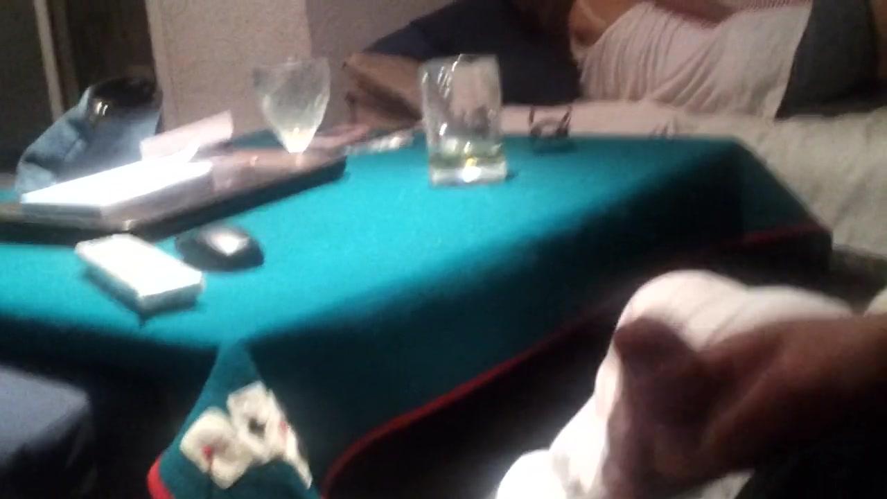Озабоченный чувак дрочит член глядя на спящую латинскую брюнетку