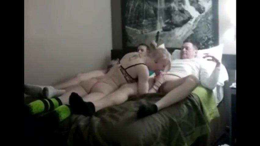 Подглядывание за молодой блондинкой трахающейся с двумя любовниками