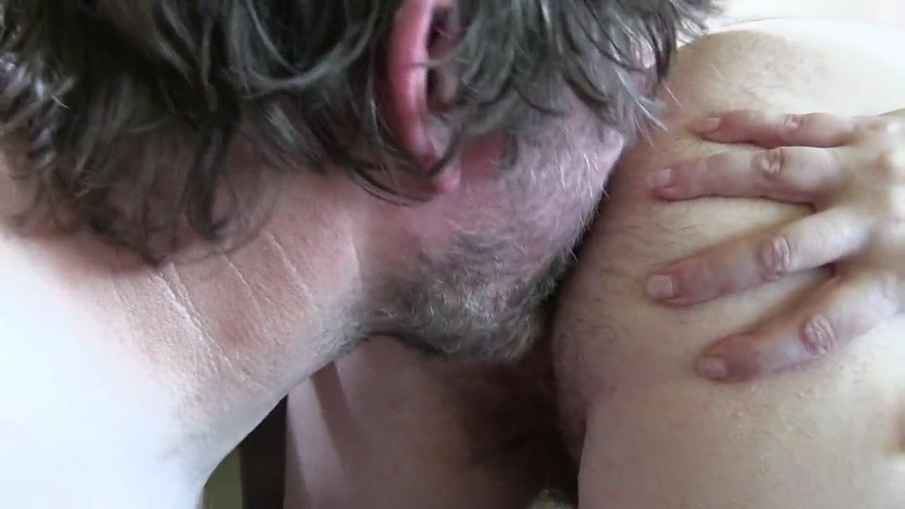 Любовник лижет попу и трахает волосатый анал татуированной зрелой дамы